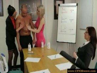femdoms在辦公室裡吸吮他們的sub