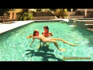 真棒女同性戀在游泳池