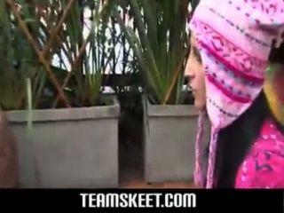 性感金發與粉紅色避孕套