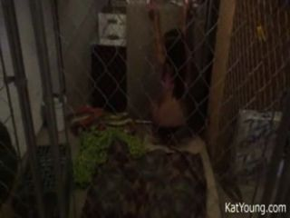 kat年輕在籠子裡