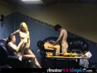 兩個熱辣妹被兩個懸掛的兄弟在三人性交