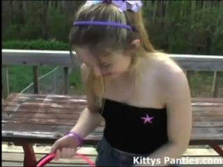 小貓閃爍她的內褲為複活節彩蛋狩獵