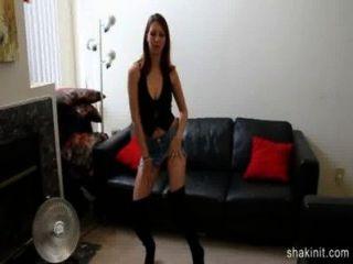 短牛仔褲裙子寶貝脫光赤裸和跳舞