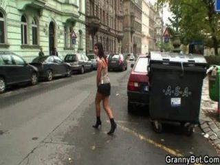 年輕的花花公子拾起60歲的妓女