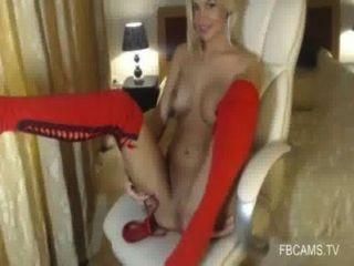 可愛的攝像頭女孩與大山雀指法自己訪問www.fbcams。電視