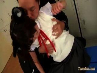 有寵物耳朵的女小學生獲得她的腿舔吮的乳頭吮吸陰部摩擦