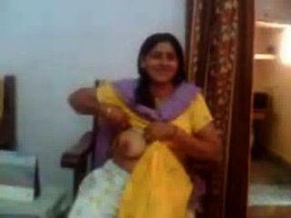印度性視頻的印度阿姨,顯示她的大胸部rawasex.com