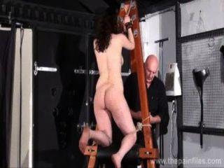 極端地下城奴隸鞭打過度的懲罰和戀物癖女孩屁股