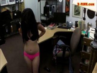 性感拉丁女孩性交與一個花花公子在典當店