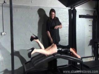 打屁股的小業餘奴隸女孩在皮革地牢戀物癖和體罰