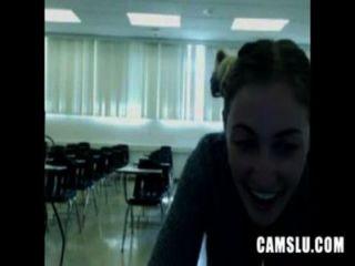 哦沒有我可愛的性感的女孩在一個教室裡自慰被攝像頭捕獲