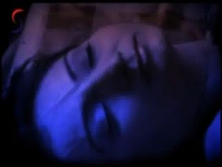 阿克沙拉在與一個年輕人熱影片場面的床上