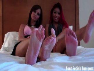 亞洲和阿什利愛得到他們的腳被崇拜