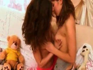 角質女同性戀青少年接吻