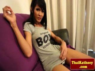 豐滿的泰國tranny摩擦她厚厚的公雞