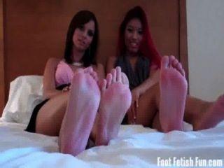 吸我們的腳趾像一個好小的。子