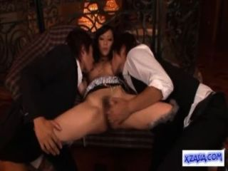 熱的亞洲女孩舔的同時手指吸吮的公雞他媽的在沙發上