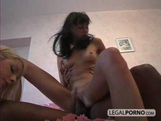 2個性感的女孩在貓和屁股sl 1 04採取一個大黑雞巴