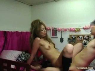襪子的女小學生困難由面孔在床上的人在寢室的人