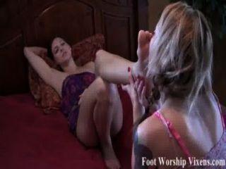 sadie使bella崇拜她疲乏的腳