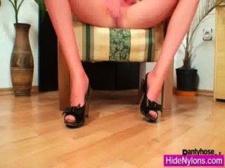 歐美美容獲得超級腿和熱紅色尼龍緊身褲