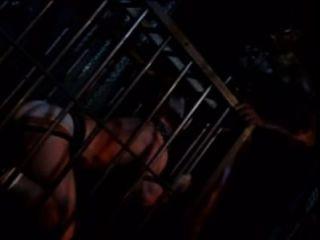 白色奴隸男孩他媽的在吊帶由黑人皮革大師