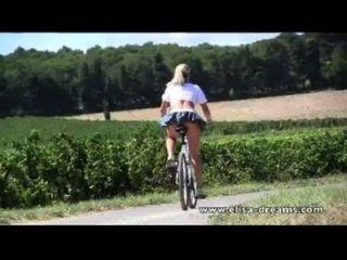 裸體在公共和骯髒的騎自行車