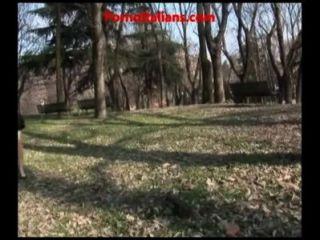裸露的妓女手淫在公園蕩婦陳列者手淫