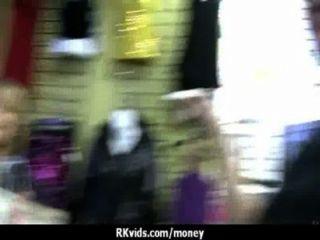 絕望的青少年赤裸在公眾和他媽的支付租金23
