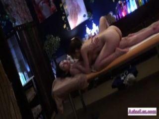 亞裔女孩舔和由按摩床上的按摩師指揮