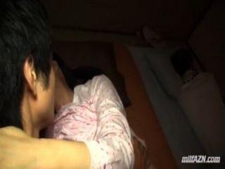 成熟的女人吮年輕人他媽的而她的丈夫睡在他們旁邊