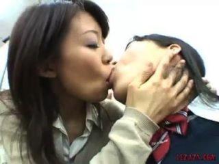 亞裔女學生親吻的吸吮和使用與貓在辦公室