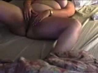 性感胖乎乎的作弊妻子暨與手指和玩具
