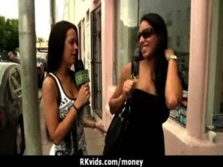 絕望的青少年赤裸在公共和他媽的支付租金24