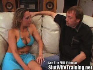 捲曲的金髮妻子給馬虎的秒