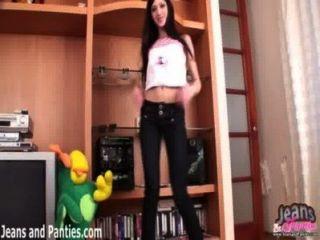 青少年可愛的sinti閃動她的在牛仔褲的內褲