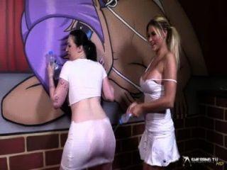 兩個性感的女同性戀狂放在濕T卹杉戲劇以後