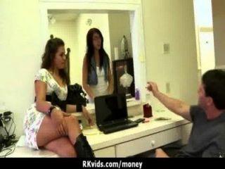 絕望的青少年赤裸在公眾和他媽的支付租金16