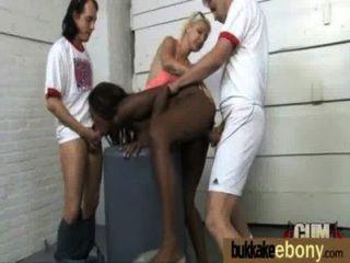 華麗的烏木淑女吸白色迪克斯和輪姦他媽的17