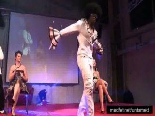 男脫衣舞孃顯示他們的大迪克斯到舞台上的女士