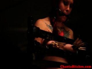 gagged sub有她的山雀受到femdom懲罰