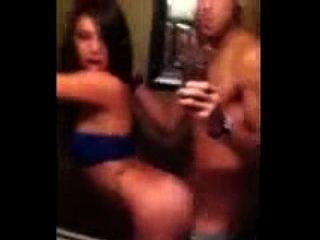 拉丁女孩在浴室里有个快乐