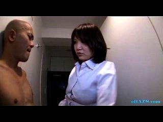 丰盛的办公室女士给走廊上赤裸裸的家伙的handjob