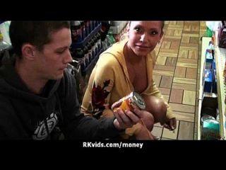 绝望的青少年裸体在公共场合和他妈的支付租金27