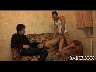 顽皮的playgirl提出了她的长腿。