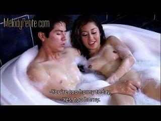 按摩浴缸中的按摩浴缸/牛奶