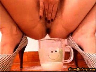 性感的拉丁娜宝贝填充与猫的奶油的杯子
