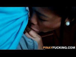亚洲业余爱好者在吸吮之前擦她的阴部