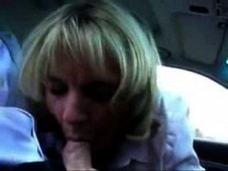 性感的作弊作弊妻子在汽车里给人一个口交