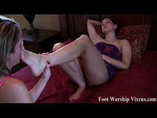 贝拉和悲伤有一些性感的脚的乐趣
